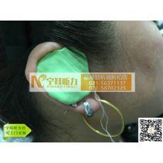 年轻人戴助听器