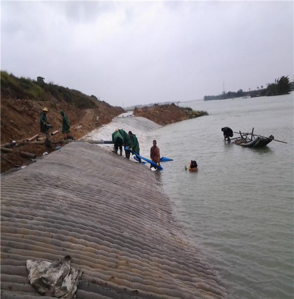 新聞:泰州市充沙袋公司水下作業