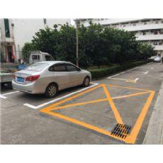 坂田停车场车辆引导线、指示箭头、禁停线施工