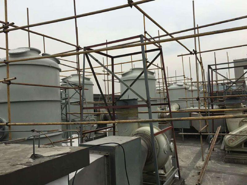 ??酸雾净化设备(以立式为例)是属于两相逆流填料吸收塔。废气从塔体下方进气口沿切线方向进入净化塔,在通风机的动力作用下,迅速充满进气段空间,然后均匀地通过均流段上升到级填料吸收段。在填料的表面上,气相中酸性与液相中碱性发生化学反应。反应生成多数为可溶性盐类,随吸收液流入下部储液槽。未被吸收的酸性气体继续上升进入级喷淋段。在喷淋段中由喷嘴形成的无数吸收液雾滴与气体混合,继续进行化学反应。然后上升到第二级填料段、喷淋段,进行与级同样的处理。第二级与级喷嘴密度不同,喷淋液压力不同,吸收反应的强度及范围也有所不
