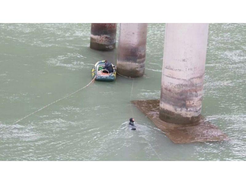 新闻:自贡市水下拦污栅安装情真意切