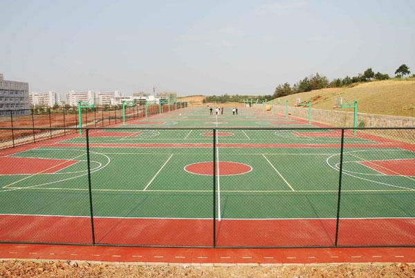 硅pu网球场简介   硅pu网球场基础层是一个长方形的平面,由聚氨酯预聚体、混合聚醚、废轮胎橡胶、EPDM橡胶粒或PU颗粒、颜料、助剂、填料组成。硅pu网球场具有平整度好、抗压强度高、硬度弹性适当、物理性能的特性,有利于运动员速度和技术的发挥,有效地运动成绩,摔伤率。硅pu网球场是由聚氨酯橡胶等材料组成的,具有一定的弹性和色彩,具有一定的抗紫外线能力和耐老化力是上公认的佳全天候室内外运动场地坪材料。 硅pu网球场地 硅pu网球场铺装的必备条件   网球场长为23.
